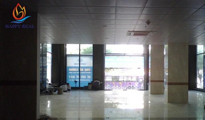 Từ tầng trệt tòa nhà nhìn ra