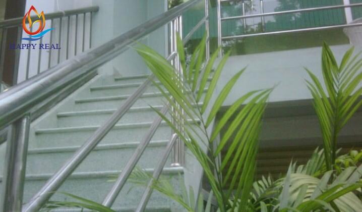 Cầu thang đi vào tòa nhà