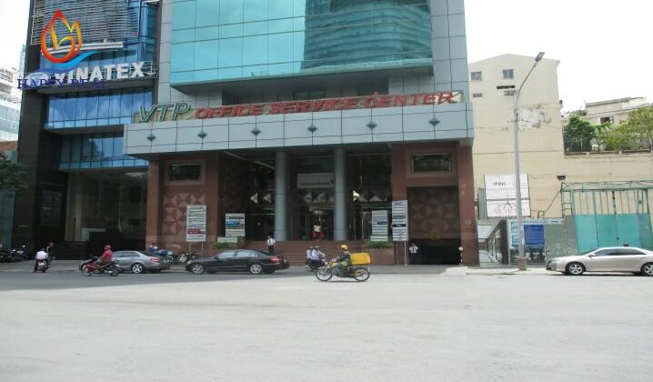 Phía trước tòa nhà